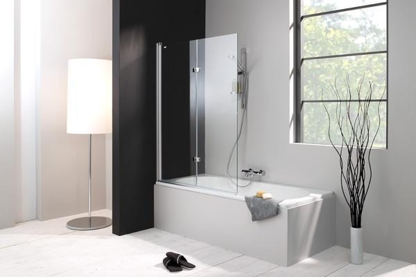 Wanna z prysznicem w małej łazience