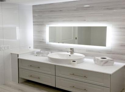 Lampy sufitowe czy projektor? Sprawdź, jakie oświetlenie wybrać do łazienki!