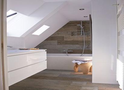 Łazienka ze skosem – jak urządzić pokój kąpielowy na poddaszu?
